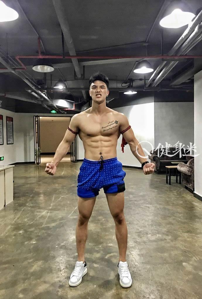 安徽运动肌肉帅哥健身房自拍 帅气健身教练肌肉