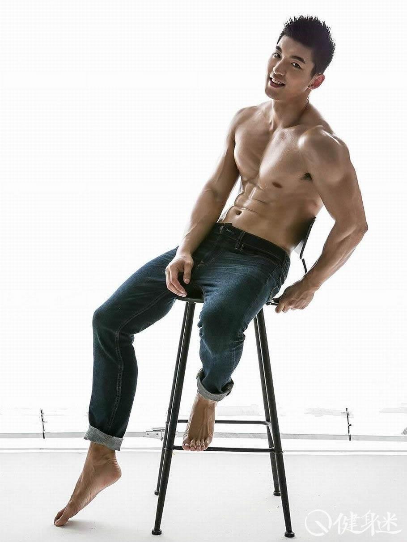背部健身_中国肌肉男模体育生肌肉北京体育大学刘佳萌写真白袜魅力先生